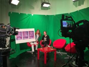 RealStars processledare Sandra Davidsson i studion på Nackas Mediagymnasium.