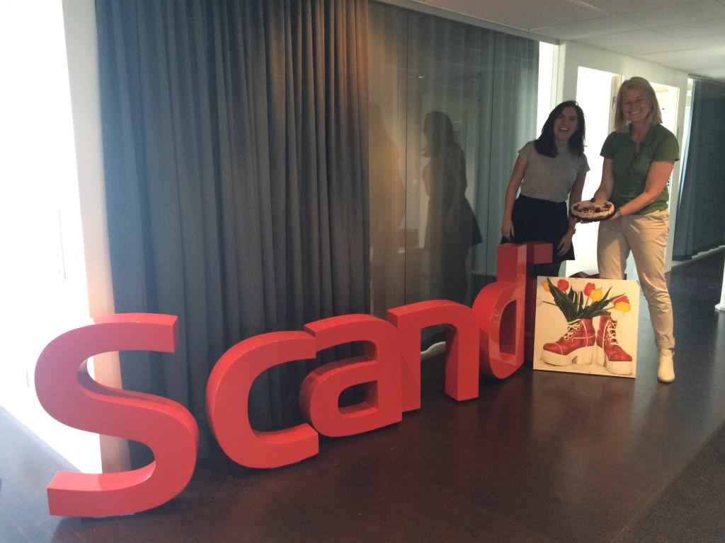 På bilden ser vi en glad Inger Mattson med kollega som arbetar på Scandic, vi ser även en tavla skapad i Fair Sex-anda av Caroline af Ugglas